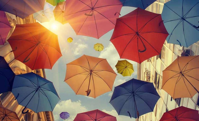 微软又发三款Win 10壁纸包:雨伞/滑雪/春天艺术