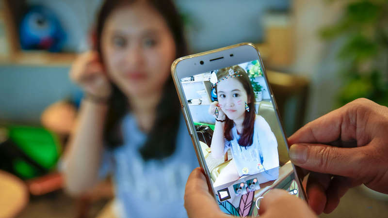 官媒:短视频网红成名的背后
