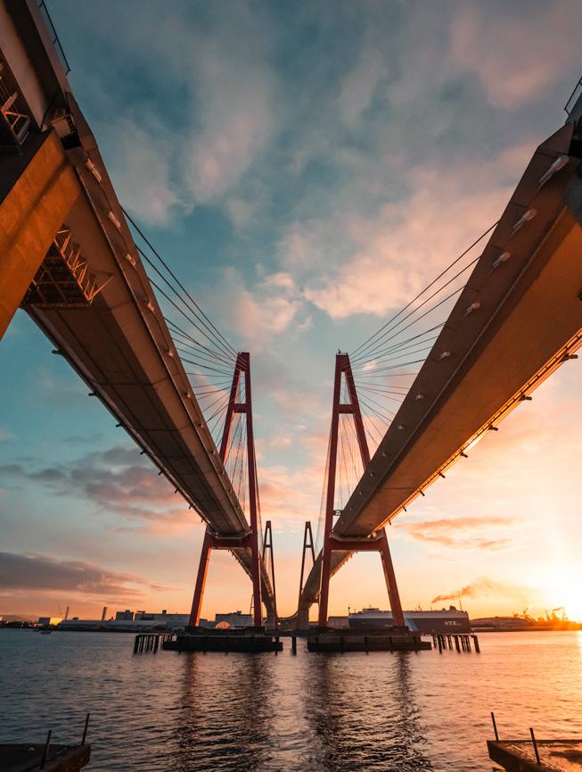 双红桥的尖顶直达天空。