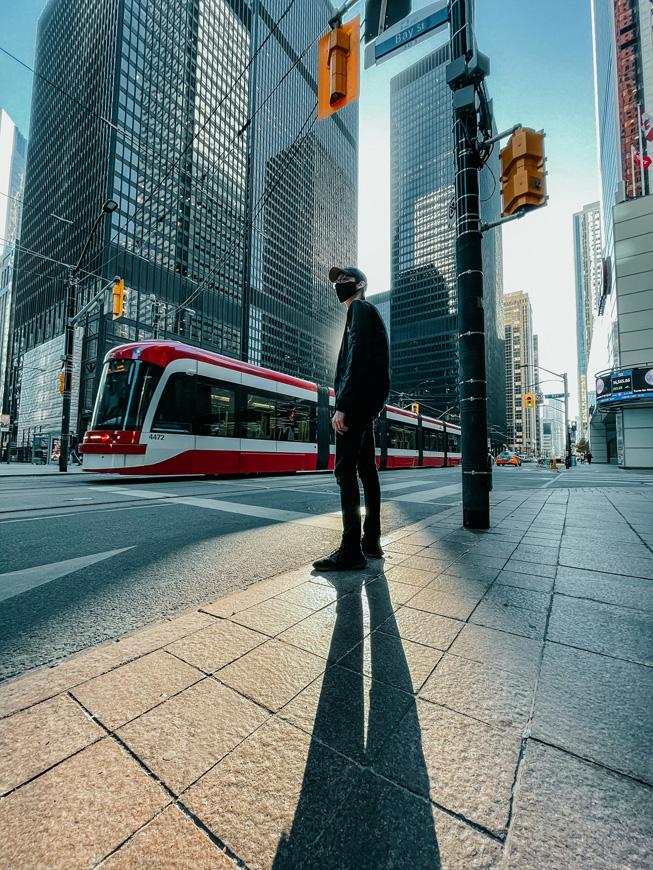 一个人在城市的街道上投下长长的影子。
